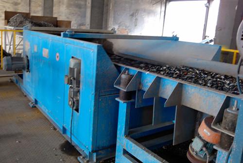 Система сепарирования для удаления посторонних частиц сырья регенерированного алюминия