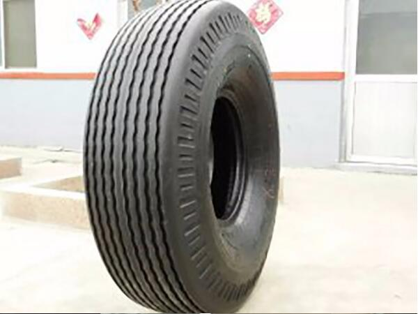Wide tread and streamlined pattern sand tires